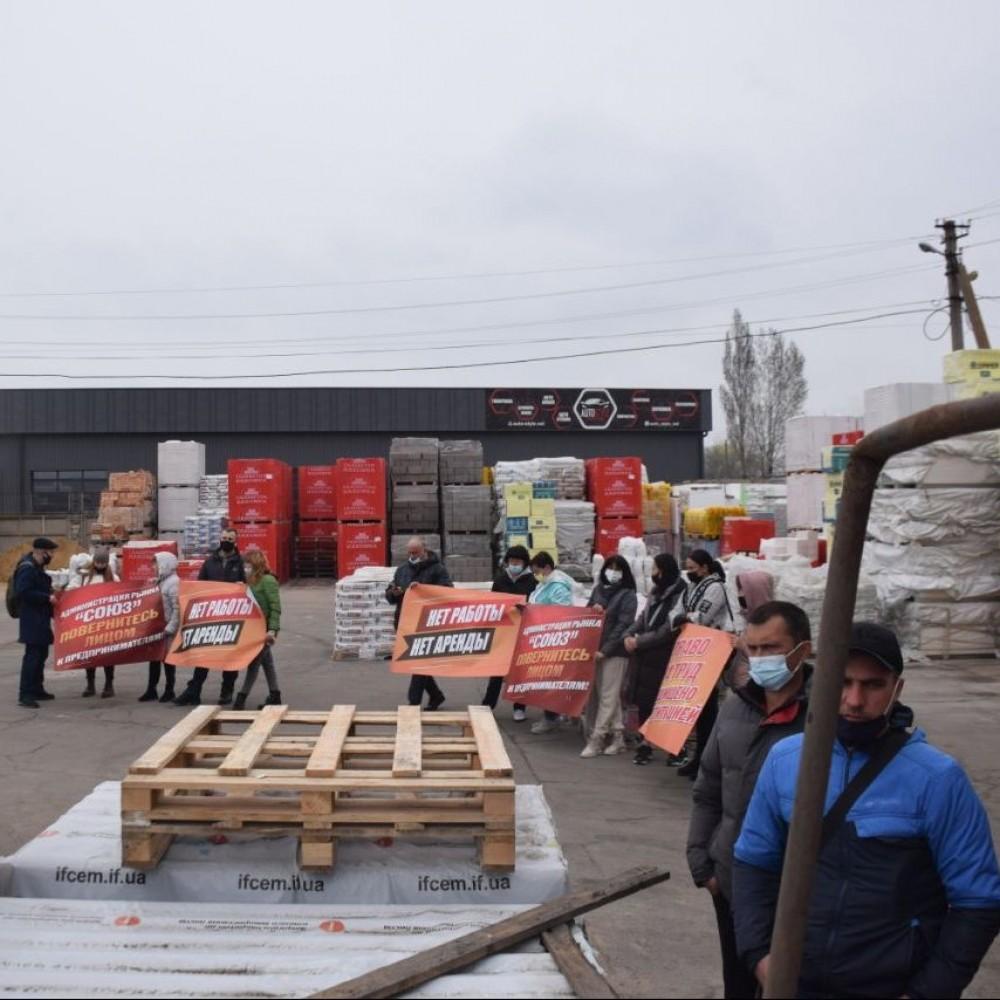 Дайте работать или снизьте аренду // Предприниматели рынка «Союз» перекрыли дорогу на Поселке Котовского