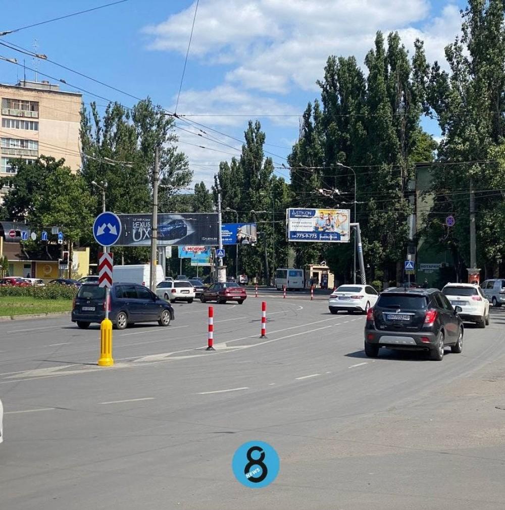 На площади Толбухина искупали велодорожку и установили столбики