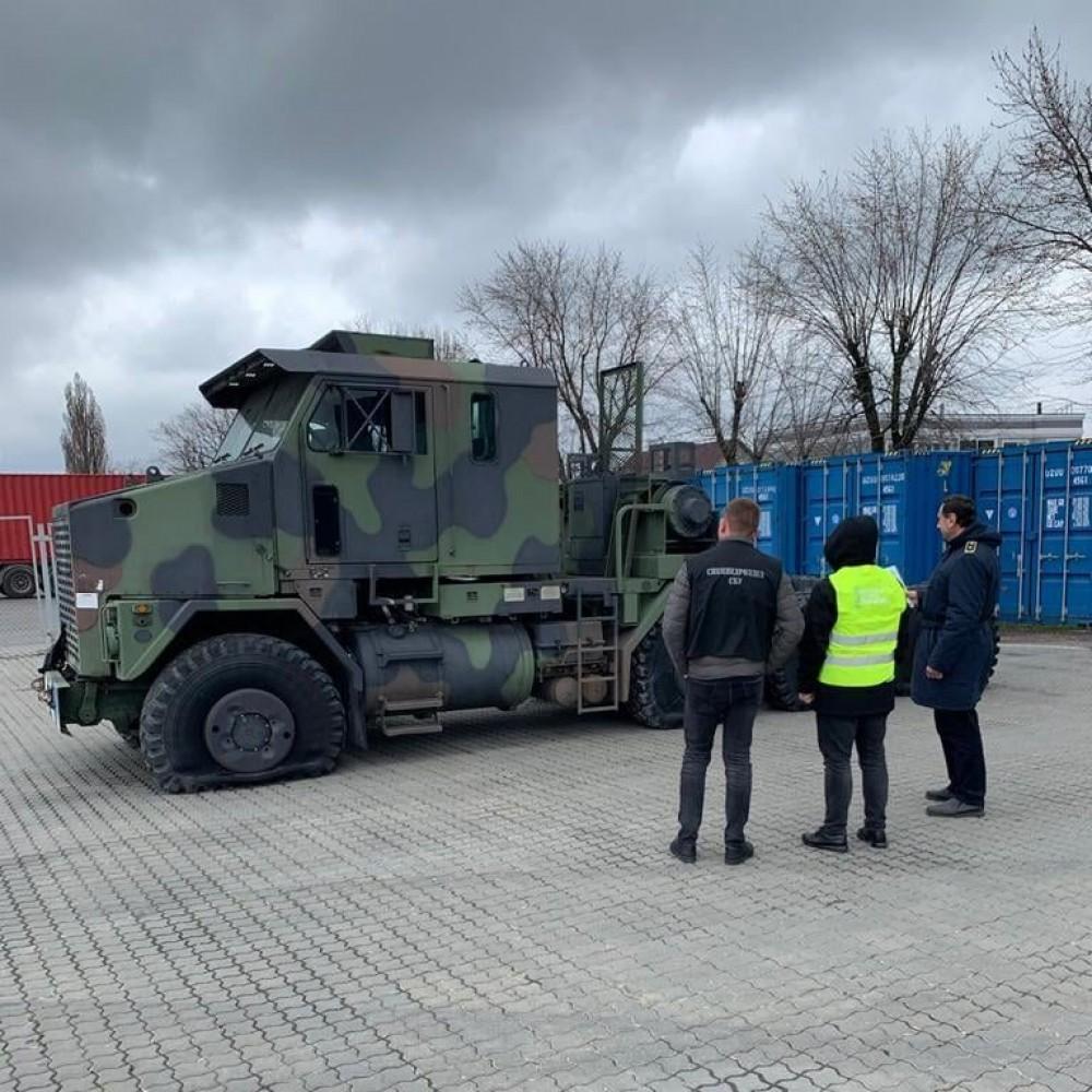 Военный тягач вместо гражданского // Одесские таможенники конфисковали незаконный груз