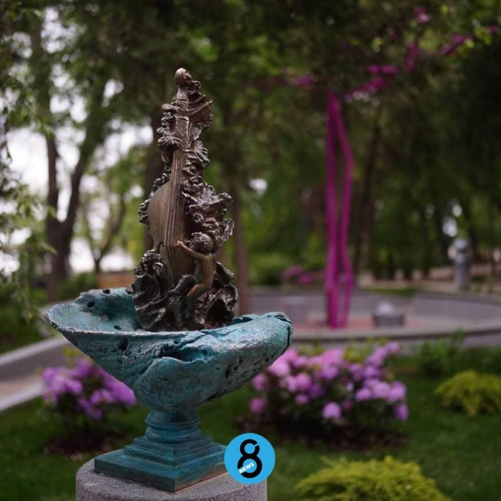 Михаил Рева показал прессе новую скульптуру в Греческом парке // Официальное открытие перенесли на 5 июня