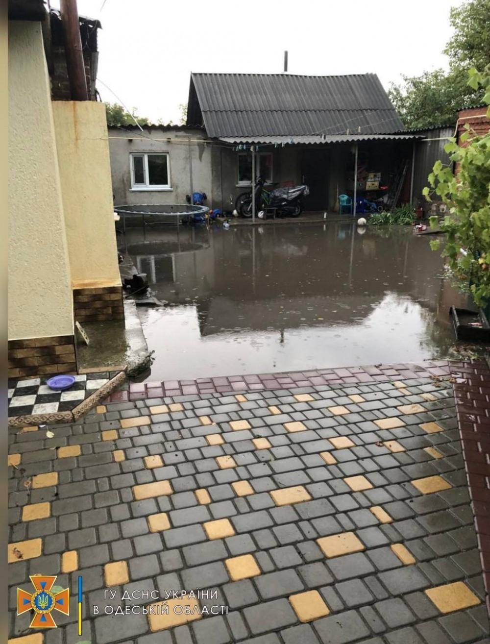 Затопило, поломало деревья и сорвало крышу // По северу Одесской области пронеслась гроза