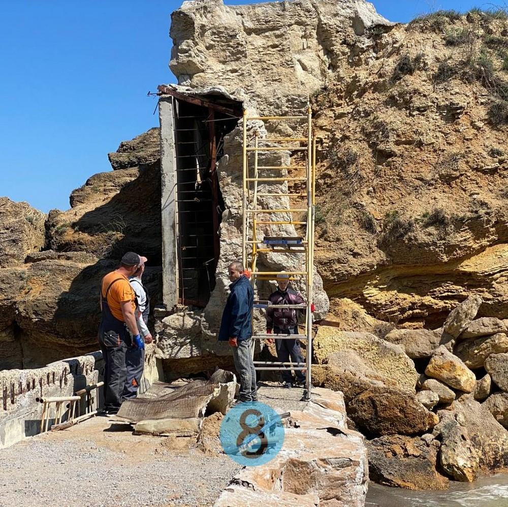 На пляже «Лагуна» рабочие долбят скалу