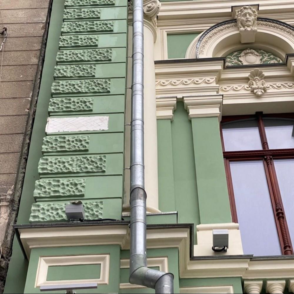 С фасада Дома Руссова отваливается лепнина