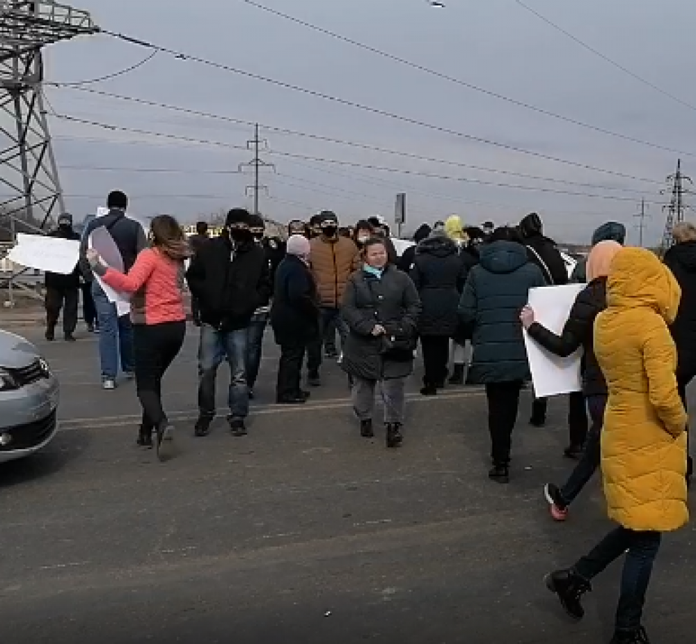 Жители поселка Шевченко перекрыли Объездную дорогу