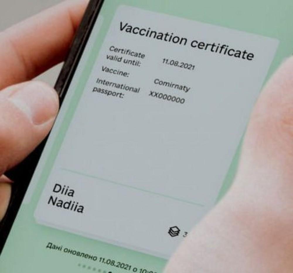 Фейковая «Дия» // В Телеграме продают приложение, в котором можно подделывать паспорта и сертификаты