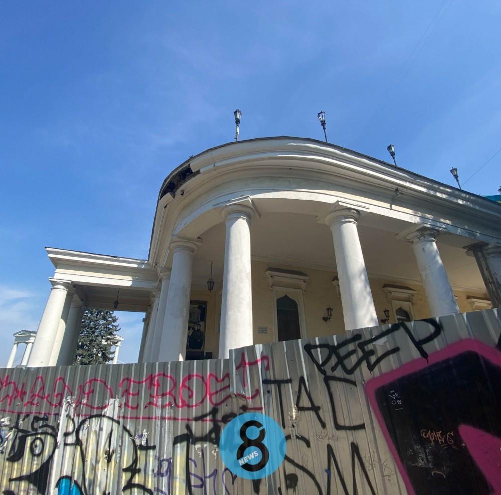 От Воронцовского дворца отвалился огромный кусок карниза // Реставрацию пока не проводят