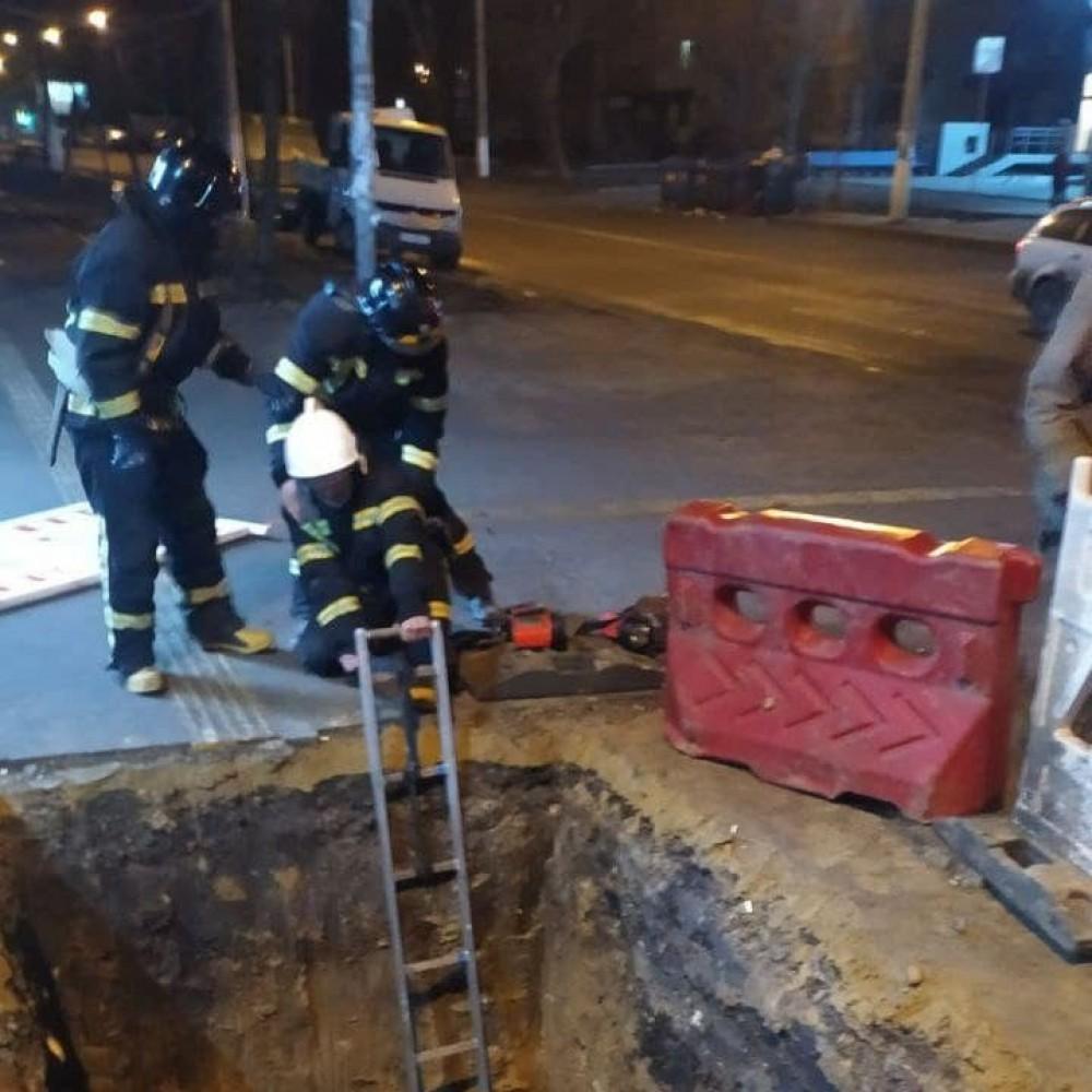 Госпитализировали с политравмой // В Одессе прохожий угодил в вырытую коммунальщиками яму