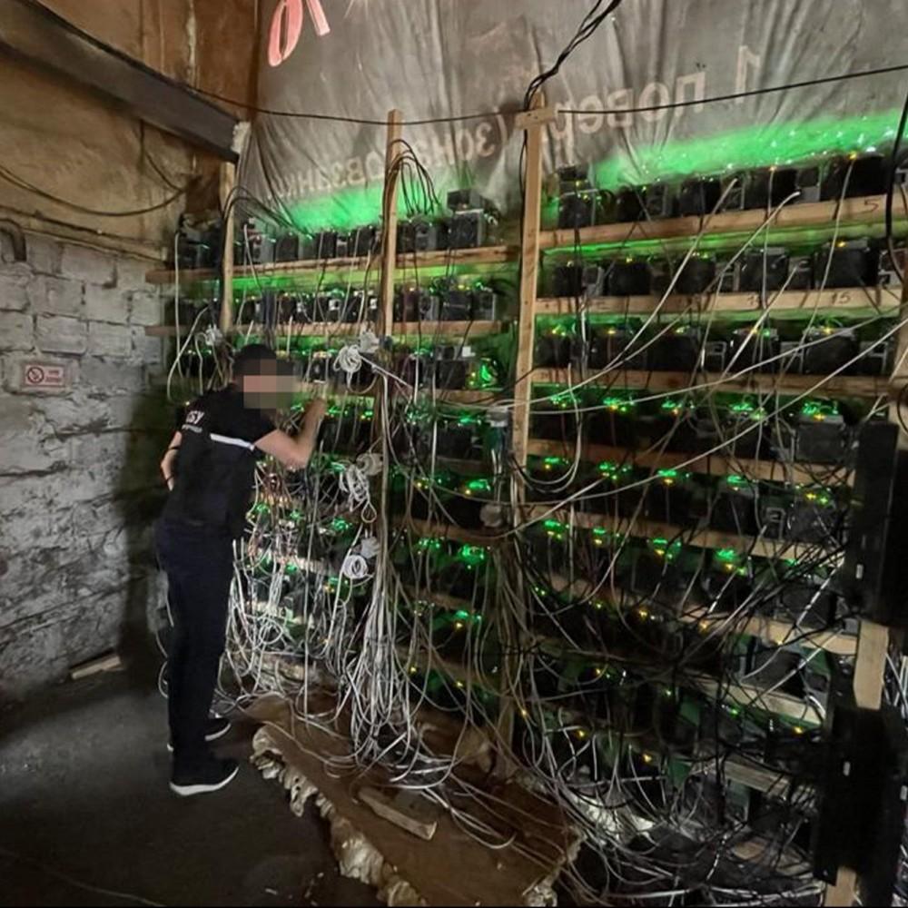 Добывали криптовалюту в сарае и воровали свет // Днепровские силовики накрыли дерзкую майнинг-ферму