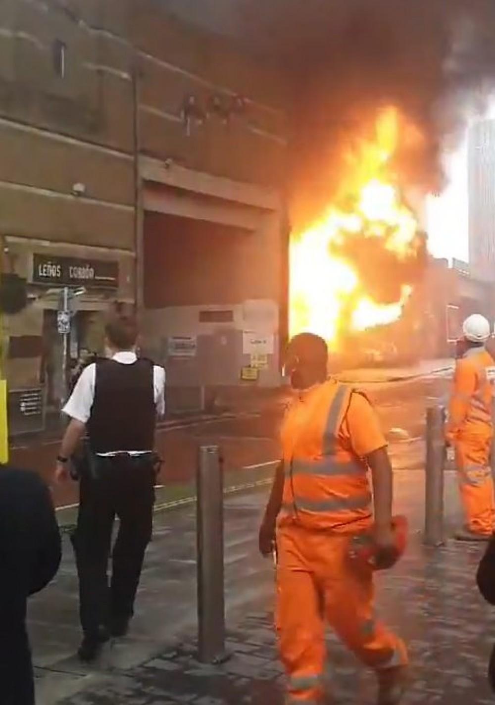 В лондонском метро прогремел взрыв // Очевидцы публикуют кадры масштабного пожара
