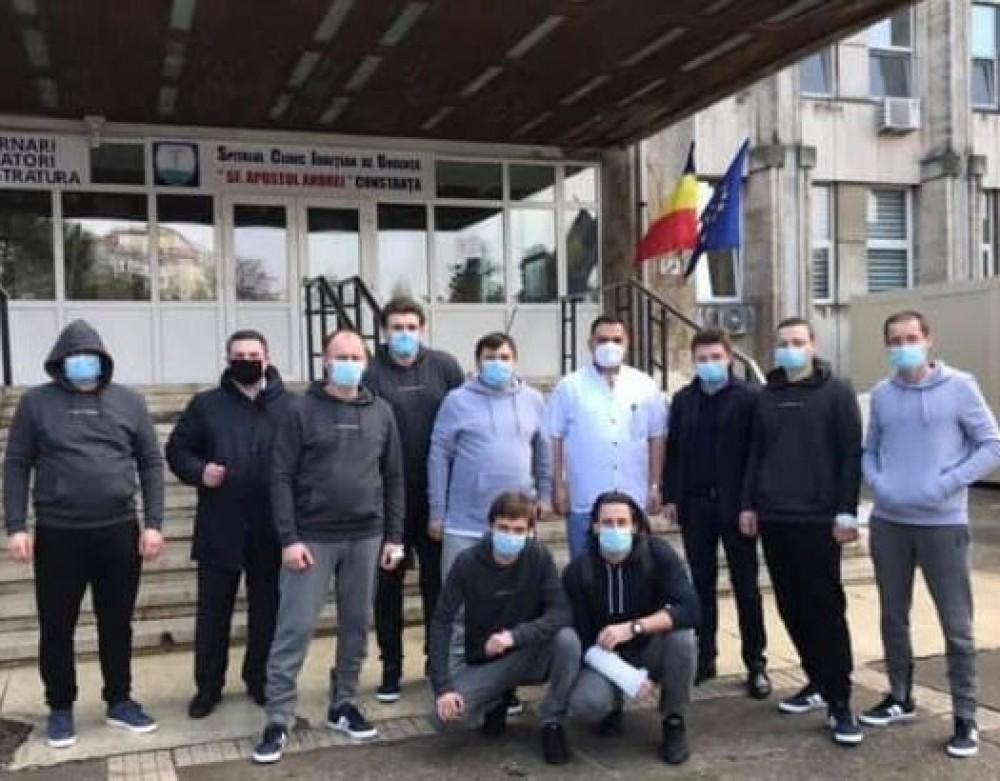 Спасенные у берегов Констанцы украинские моряки прибыли в Одессу