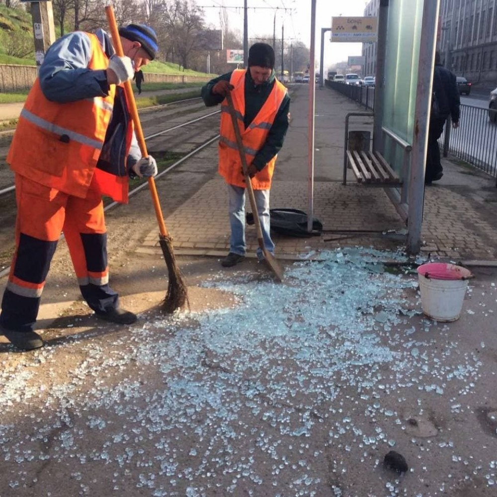 Горсовет негодует // Вандалы уничтожают стеклянные остановки