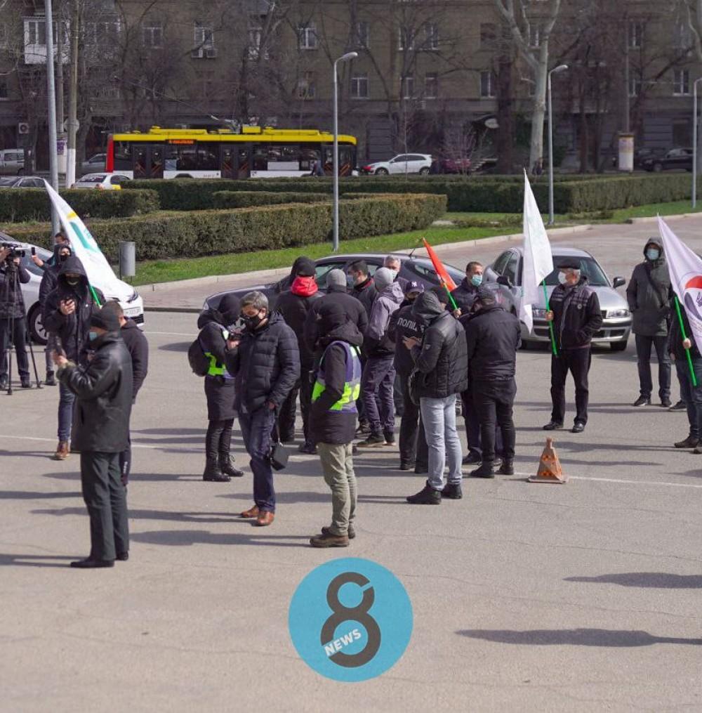 Под Одесской ОГА протестуют предприниматели рынка «7-й километр» // Угрожают перекрыть дороги