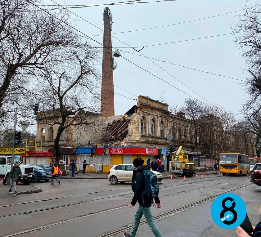 На Мечникова рухнули крыша и фасадная стена бывшего завода мороженого