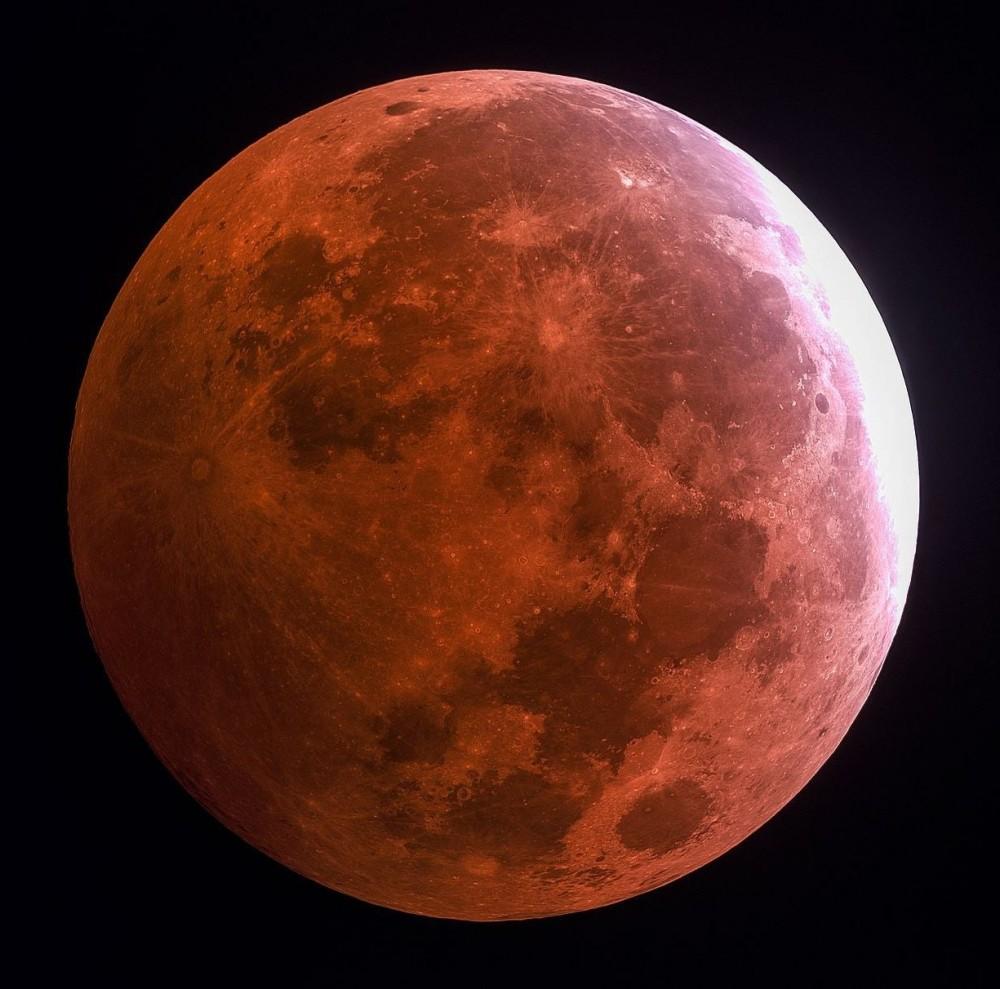 Над Землей взошла «кровавая» Луна // Человечество наблюдало редкое астрономическое явление