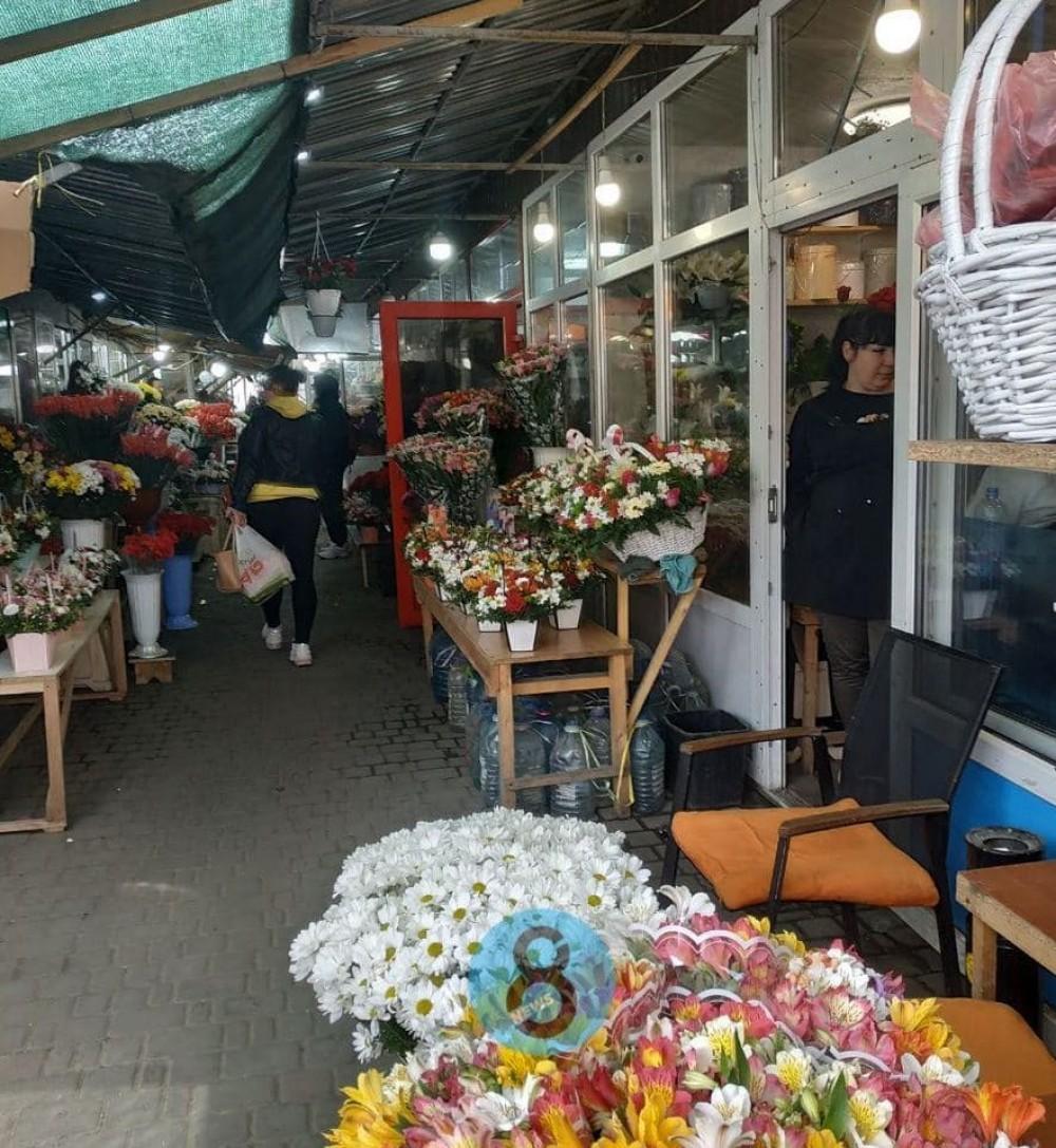 На Пантелеймоновской торговцы цветами перекрывали дорогу // Мэрия дала неделю, чтобы освободить проезжую часть