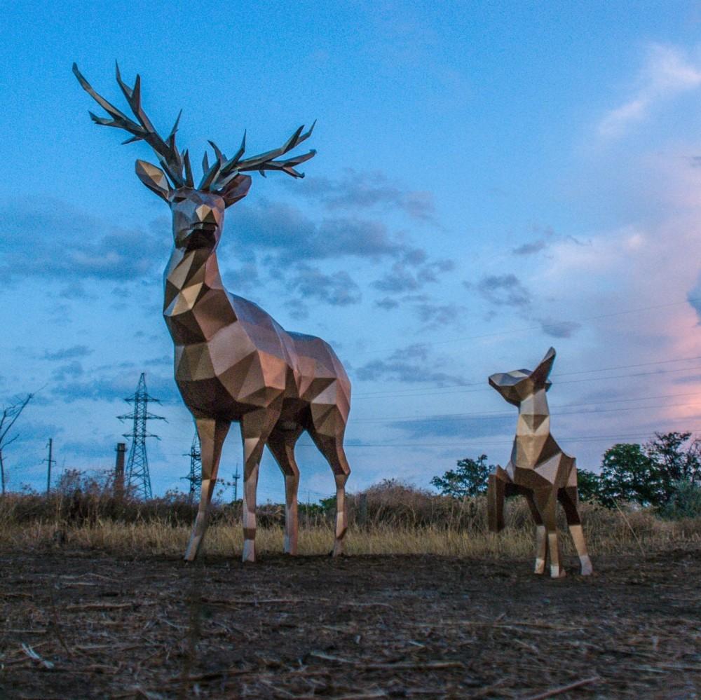 В Измаиле на краю обрыва появилась скульптурная композиция — олень и олененок