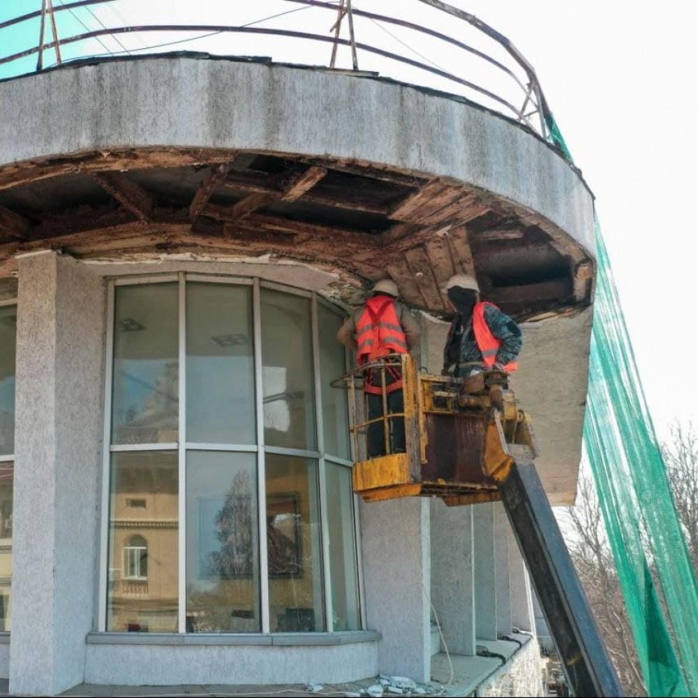 На Дерибасовской демонтировали аварийную часть карниза бывшего ресторана «Братислава» // Фотореп