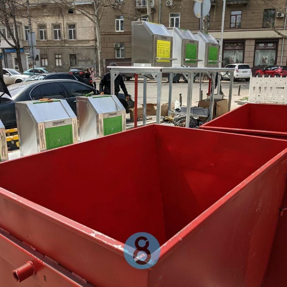 Восемь новых локаций // В центре Одессы устанавливают подземные мусорные контейнеры