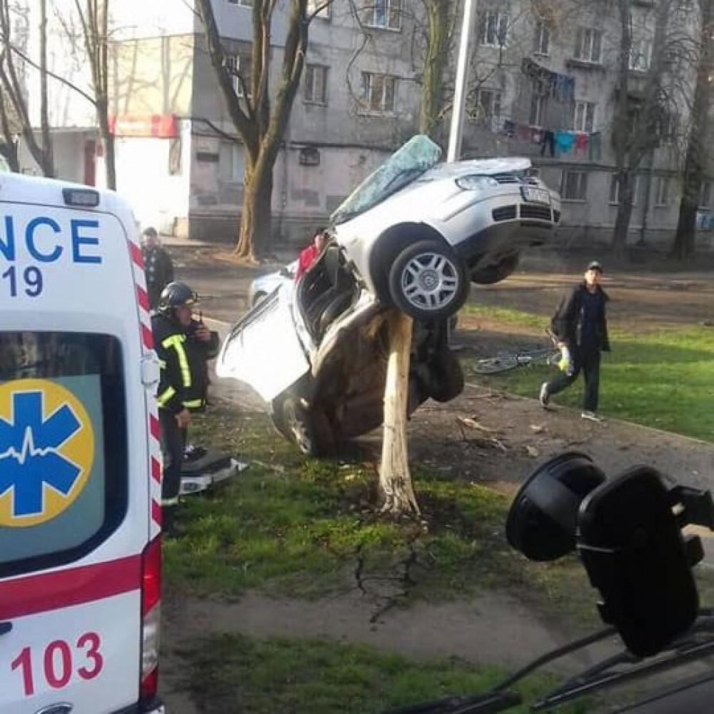 В Одессе произошло серьезное ДТП // Водитель госпитализирован // Машина зависла на дереве