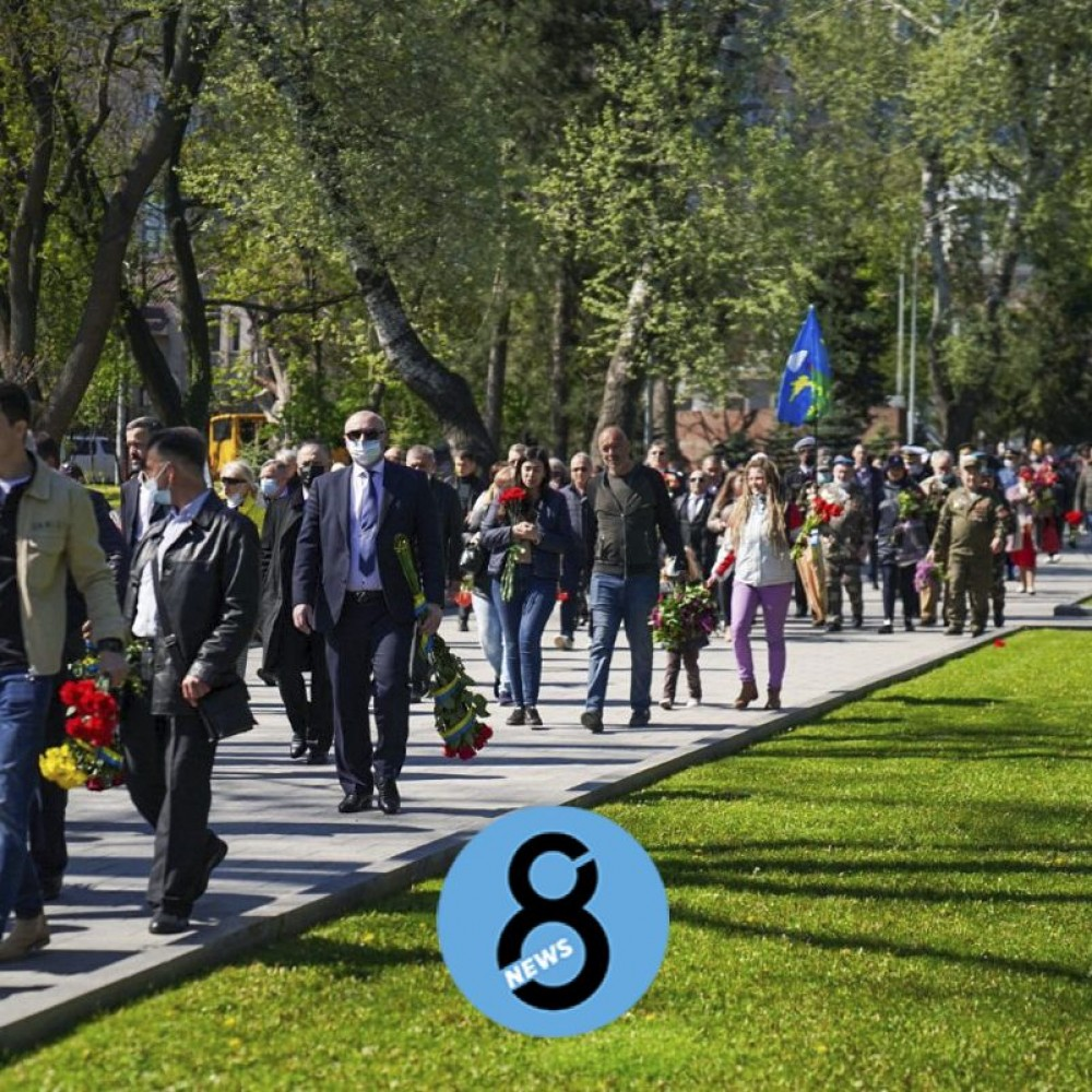 Одесситы массово возлагают цветы на Аллее Славы // Фотореп