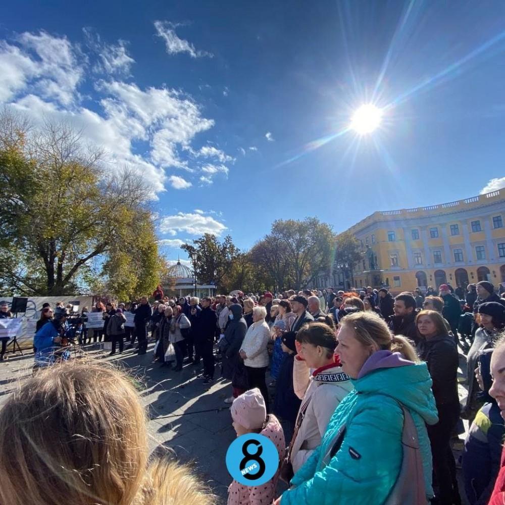 Мирная акция антиваксеров возле Дюка // Митингующие выступают против ограничений для непривитых и нарушения их прав