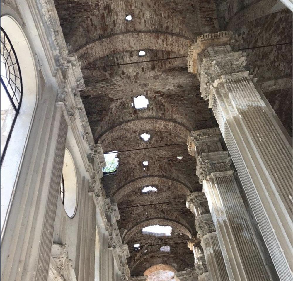 Безразличие чиновников разрушает старинный католический собор в Лиманском