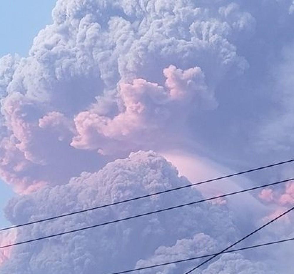 На карибском острове Сент-Винсент  пробудился вулкан Суфриер //Население срочно эвакуируют