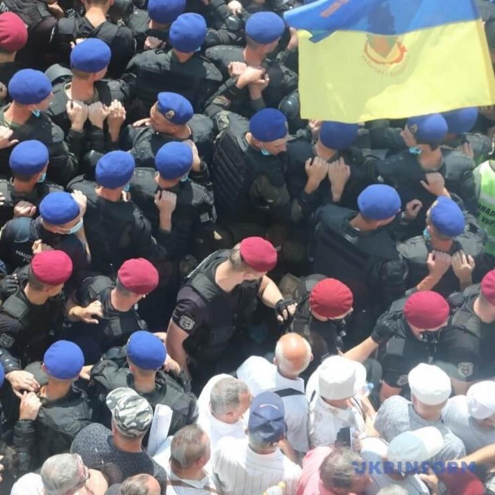 Под Радой протестуют пенсионеры-силовики // Произошли стычки с полицией (Обновлено)