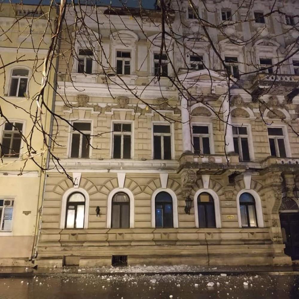 С памятника архитектуры на Приморском бульваре обвалился карниз