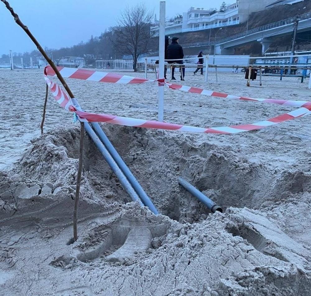 На одесском пляже откопали нелегальные коммуникации